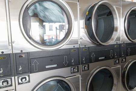 Waschmaschinen mit Kleidung im Waschsalon