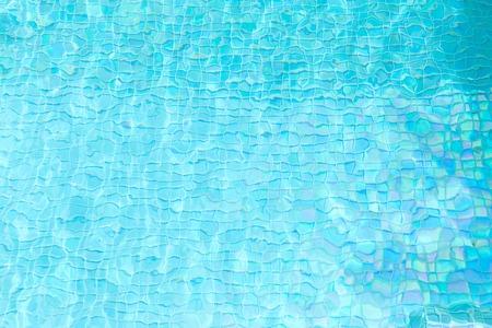 agua turquesa en piscina de azulejos Foto de archivo