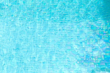 türkisfarbenes Wasser im gefliesten Pool Standard-Bild