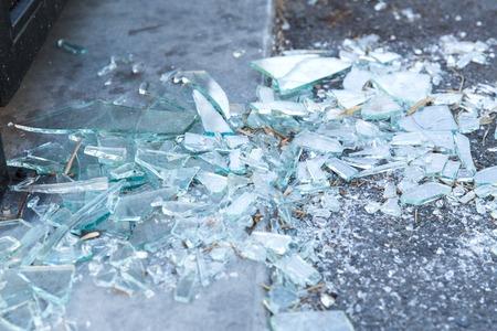 fragmentos de vidrio roto en el piso