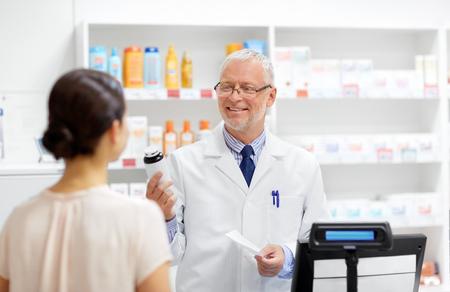 Boticario con cura y cliente en farmacia.