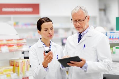 boticarios con tablet pc y drogas en farmacia Foto de archivo