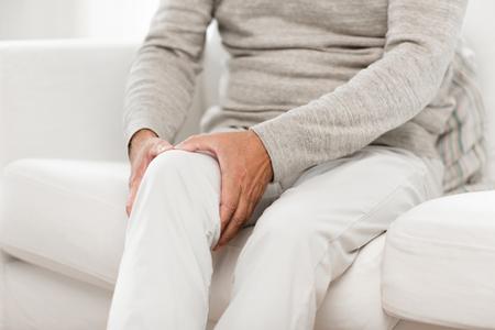Cerca del hombre mayor que sufre de dolor de rodilla