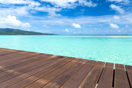 wooden pier on tropical beach in french polynesia 免版税图像