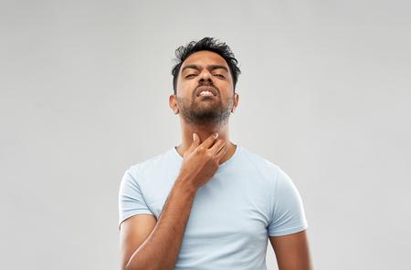indischer Mann mit Nacken- oder Halsschmerzen
