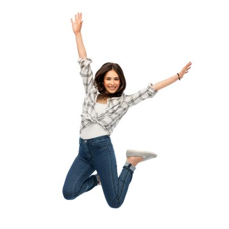 gelukkige jonge vrouw of tienermeisje springen