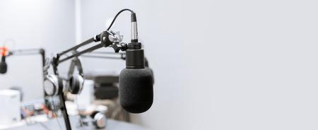 microfono in studio di registrazione o stazione radio