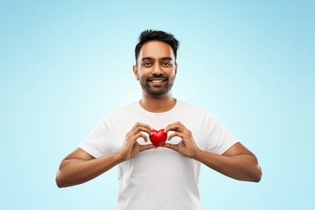 indian man with red heart over blue background Foto de archivo - 112802926