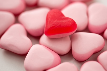 close up of red and pink heart shaped candies Stockfoto