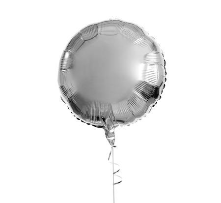 Un globo de helio plateado sobre fondo blanco.