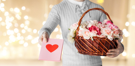 man holding basket of flowers with greeting card Foto de archivo - 113369055