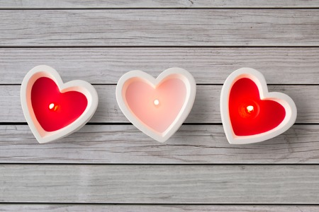 hartvormige kaarsen branden op Valentijnsdag valentine