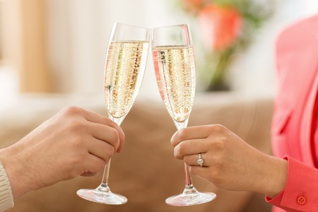 close up of couple clinking champagne glasses Imagens - 113658501