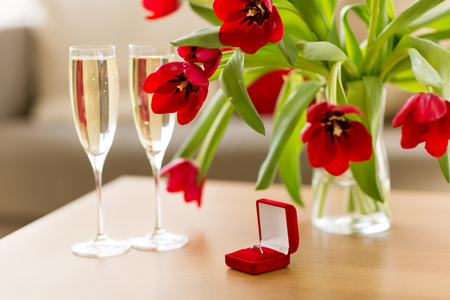 diamond ring, champagne and flowers on table Stok Fotoğraf - 113658630