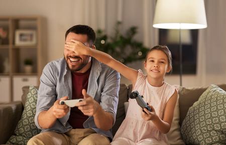 Vater und Tochter spielen zu Hause Videospiele