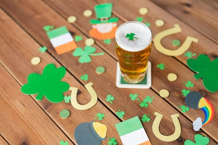 glass of beer and st patricks day party props Stok Fotoğraf