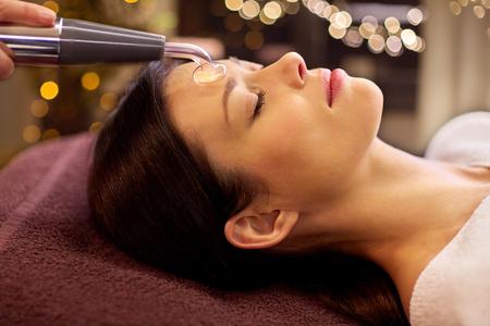 woman having hydradermie facial treatment in spa Zdjęcie Seryjne