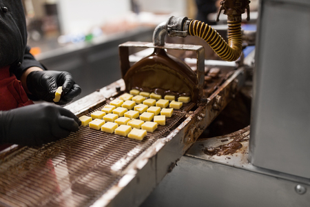 confectioner with chocolate coating machine Stockfoto