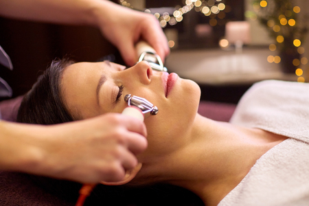 woman having hydradermie facial treatment in spa Imagens