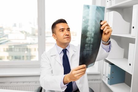 médico con escaneo de rayos x en el hospital
