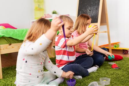 enfants avec de la pâte à modeler ou des slimes à la maison Banque d'images