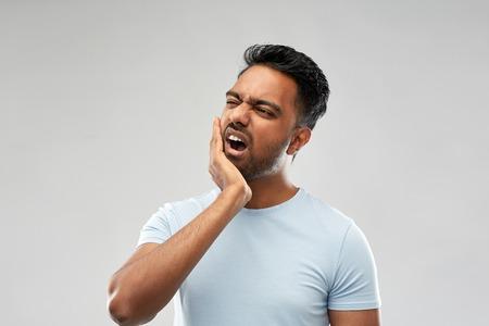 uomo indiano che soffre di mal di denti