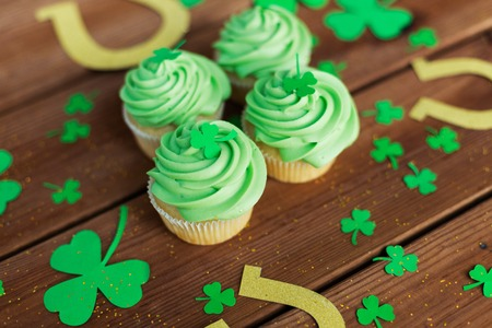 green cupcakes, horseshoes and shamrock Фото со стока
