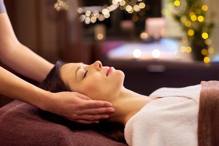 kobieta ma masaż twarzy i głowy w spa