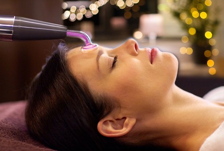 woman having hydradermie facial treatment in spa 스톡 콘텐츠