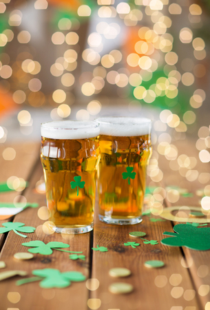 glasses of beer and st patricks day party props Stok Fotoğraf - 117704842