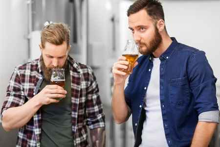 men drinking and testing craft beer at brewery Banque d'images - 115751019