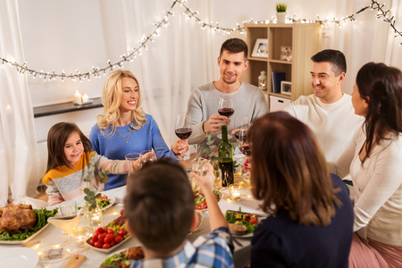 happy family having dinner party at home Banque d'images