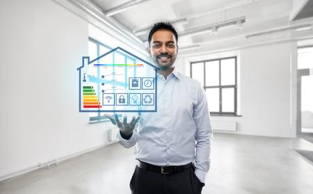 Agente de bienes raíces con proyección de casa inteligente en la oficina vacía