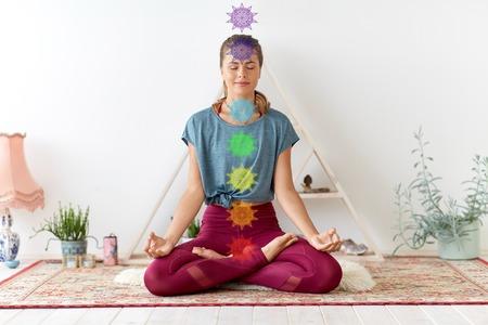 Frau meditiert in Lotuspose im Yoga-Studio