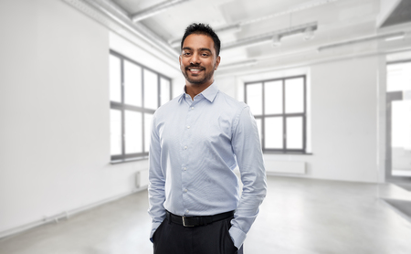 homme d'affaires indien ou agent immobilier dans une salle de bureau vide Banque d'images