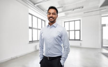 indischer Geschäftsmann oder Makler im leeren Büroraum Standard-Bild