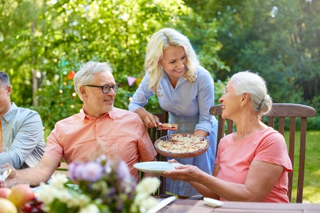 有晚餐或夏天庭院党的愉快的家庭
