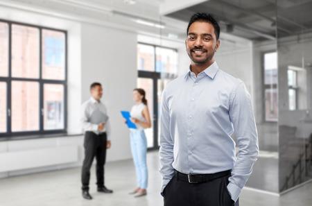 homme d'affaires indien ou agent immobilier dans une salle de bureau vide