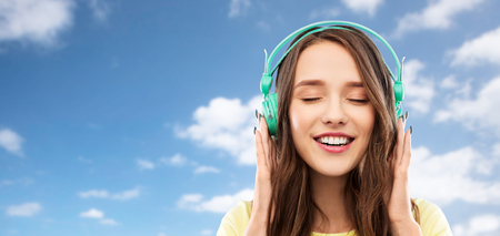 happy young woman or teenage girl with headphones 版權商用圖片