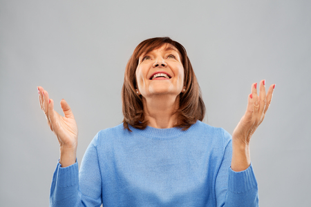 felice donna anziana che guarda in alto