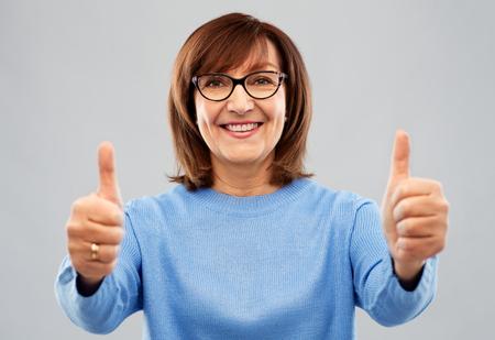 portrait of senior woman showing thumbs up Stok Fotoğraf - 117704389