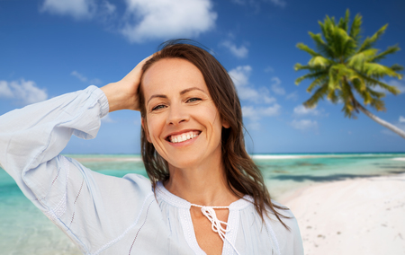 happy smiling woman on summer beach Imagens