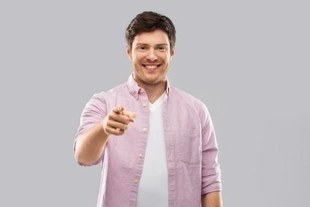 Glimlachende man die met de vingers naar jou wijst