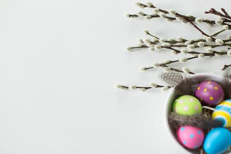 gekleurde paaseieren en wilgentakken