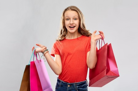 smiling teenage girl with shopping bags Imagens - 119010702