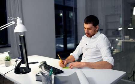businessman with computer working at night office Imagens - 119010944