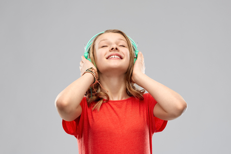 happy teenage girl with headphones Imagens - 119010958