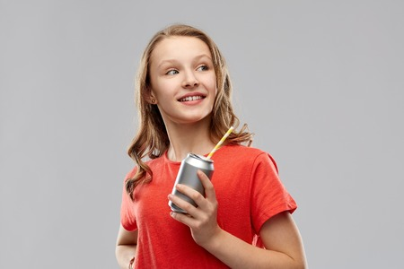 teenage girl holding can of soda with paper straw Imagens - 119010963