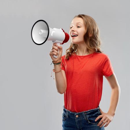 happy teenage girl speaking to megaphone Imagens - 119079308