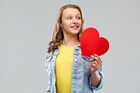 smiling teenage girl with red heart Imagens - 119079309